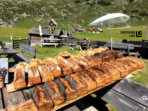 Fojedöra Alm in Südtirol Sauerteigbrot Holzbackofen