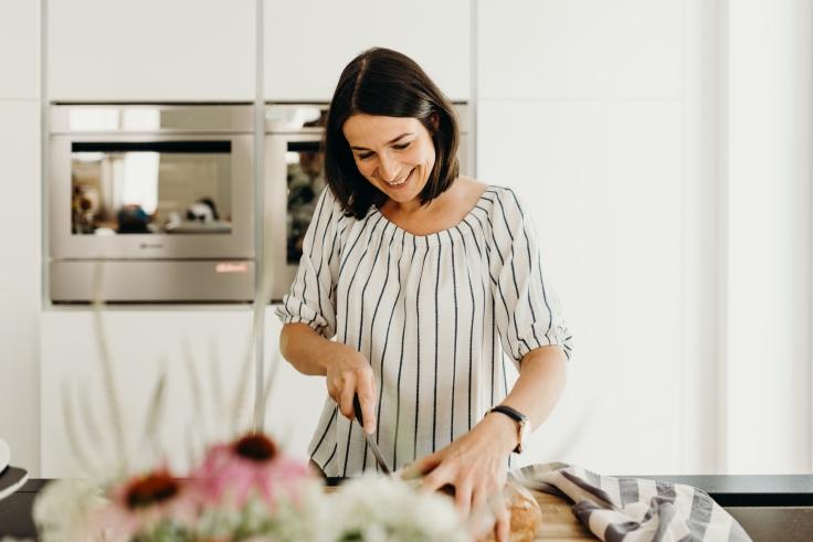 Andrea Kasper-Füchsl beim Brot schneiden